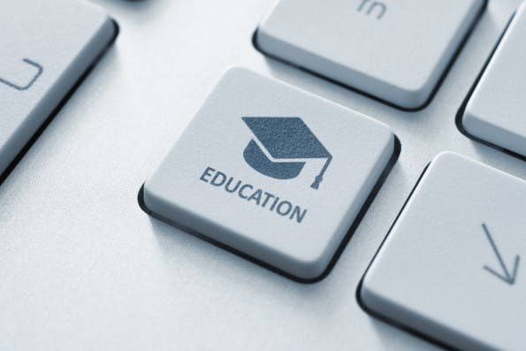 "Selbsständigere Schüler durch digitale Lernkonzepte. (Foto: <a href=""http://www.shutterstock.com/de/pic-151192595/stock-photo-button-with-graduation-cap-icon-on-a-modern-computer-keyboard-online-education-concept.html?src=-3qQsbwjkYQiR3aQeMzFJw-1-32"">Shutterstock</a>)"