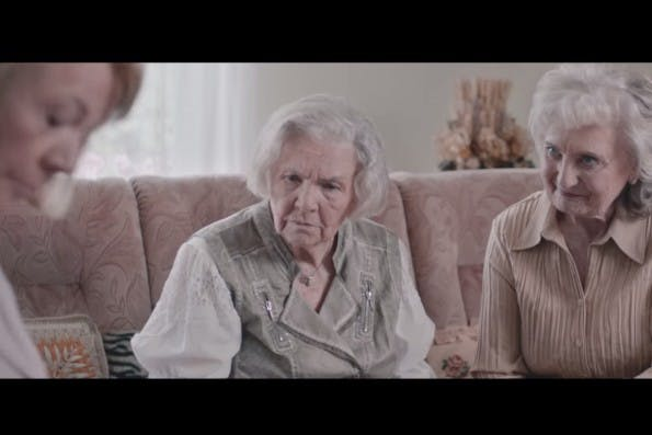 """""""Seit mein Sohn wixt, geht's dem bombig!"""" Der Konzern Wix.com nimmt sich selbst auf die Schippe. (Screenshot: YouTube)"""