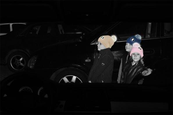 Nicht nur stilsicher im Straßenverkehr: Die Bommelmützen von Twinkle Kid reflektieren im Dunkeln. (Foto: Twinkle Kid)