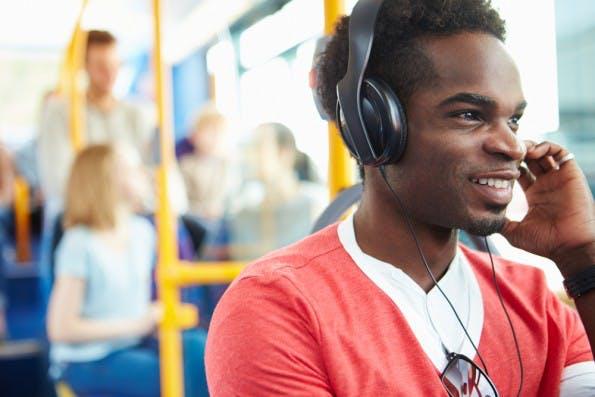Tipps für Pendler: Wer seine Augen anderweitig braucht, kann zu Hörbüchern oder Podcasts greifen oder sich Online-Artikel vorlesen lassen. (Foto: Shutterstock)