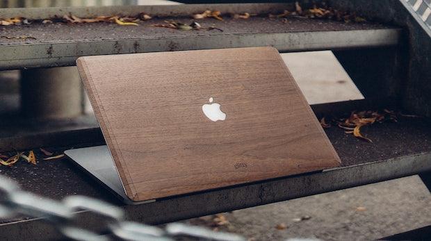 Styling fürs MacBook: Diese Klebefolien aus Echtholz machen deinen Apple-Rechner zum Hingucker