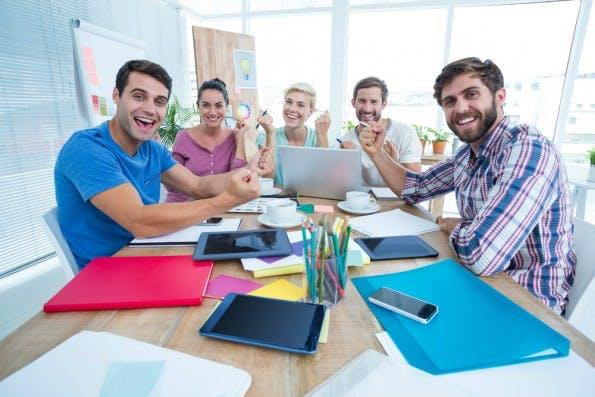 Über Erfolge sprechen statt Probleme breit treten: Starte am Beginn eines Meetings mit einer positiven Feedback-Runde. (Foto: Shutterstock)