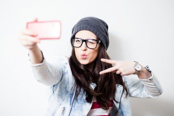 Selfies haben im Lebenslauf nichts zu suchen. Aber auch professionelle Bewerberfotos stehen in der Diskussion. (Foto: Shutterstock.com)
