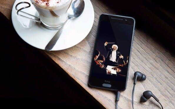 Das HTC One A9 besitzt keine BoomSound-Lautsprecher, der verbaute Soundprozessor soll dieses Manko  in Kombination mit guten Kopfhörern wieder wett machen. (Bild: HTC)