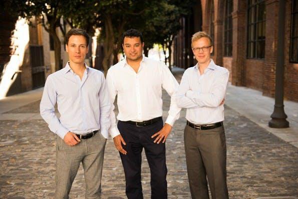 Die Mitgründer Funding Circle Kontinentaleuropa Matthias Knecht (re.) und Christian Grobe (li.) mit dem Funding Circle Gründer Samir Desai. (Foto: Presse)