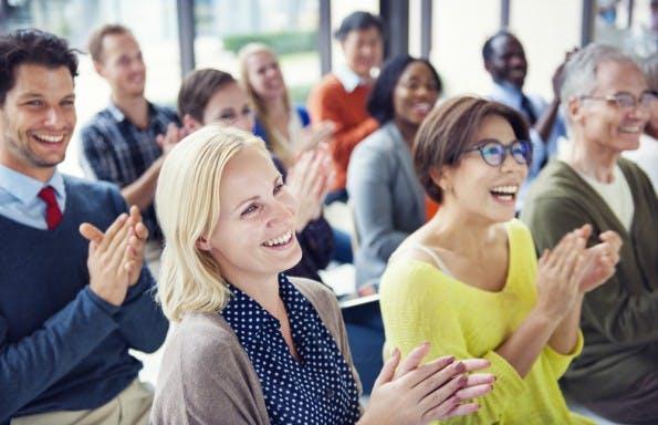 Nur wer die Leistungen der Mitarbeiter angemessen honoriert, kann sich auf ein motiviertes Team verlassen. (Foto: Shutterstock)