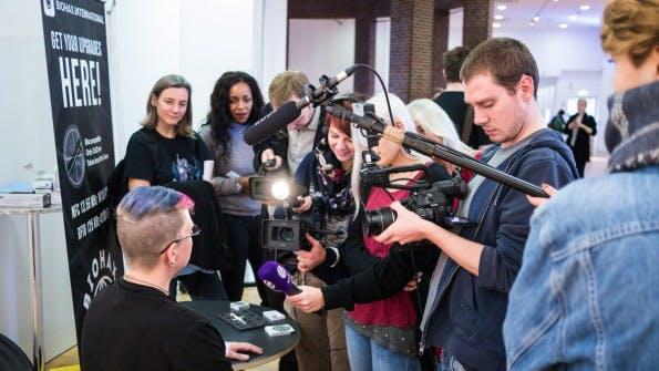 Auf der ersten Cyborg-Messe in Düsseldorf fanden sich fast so viele Medienvertreter wie reguläre Besucher. (Foto: t3n)