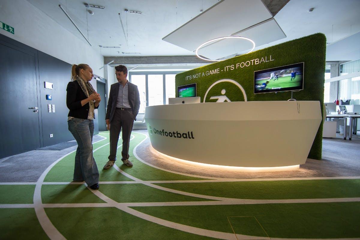 Ebenfalls in Berlin sitzt Onefootball, das eine App zum Abruf von Fußballergebnissen bietet. Mit 24 Millionen Downloads und bisher 20 Millionen Euro Risikokapital ist das Startup eine bekannte Größe in der Hauptstadt. Auch Reber hat im vergangenen Jahr in das Unternehmen investiert. (Foto: © Michael Hübner)
