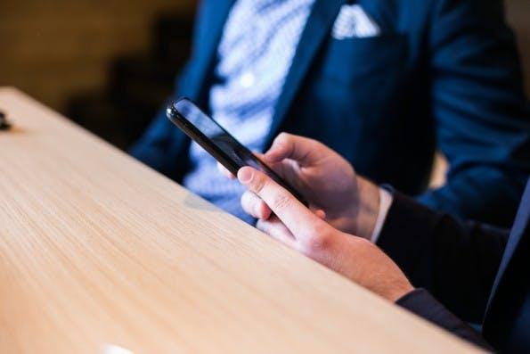 Stopp mit Multitasking Smartphone ausschalten im Meeting
