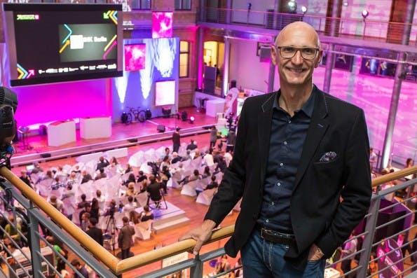 Telekom-Chef Tim Höttges. Hier im Dienst der guten Sache auf der Langen Nacht der Startups in Berlin. (Foto: CC BY-ND / Gründerszene)