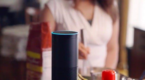 """Künstliche Intelligenz auf dem Vormarsch: Amazon Echo hört mit und reagiert, wenn man es """"Alexa"""" nennt. (Screenshot: Amazon-Video)"""