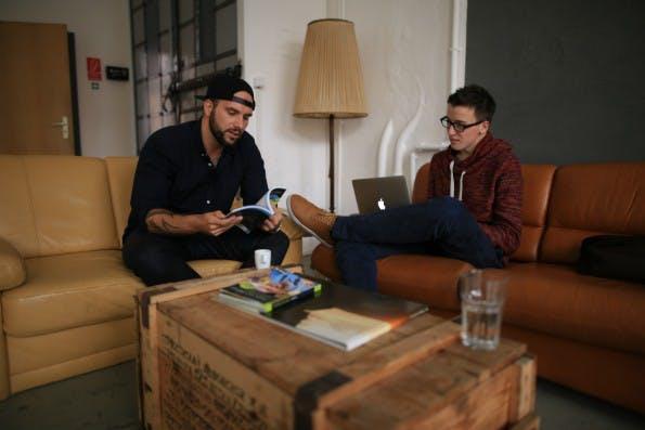 t3n-Redakteur Daniel Hüfner (rechts) im Gespräch mit Benjamin Jaworskyj (links). Hier stellt er gerade sein Fotografie-Buch vor, das er auf Amazon verkauft. (Foto: Ricardo Rolle)