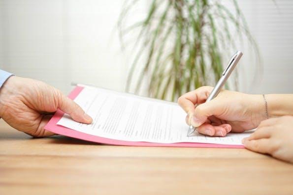 Legt der Mitarbeiter seinem Chef die Kündigung vor, ist die Überraschung oft groß. (Foto: Shutterstock)
