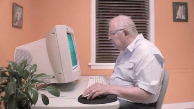 """""""Schatz, ich hab das Internet gelöscht"""" – 5 Computerprobleme, die euch eure Eltern zu Weihnachten bescheren"""