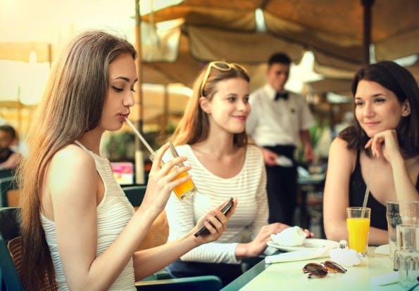 Zu konzentriert aufs Smartphone, um persönliche Beziehungen zu pflegen: Ein häufiger Fehler der Generation Y am Arbeitsplatz. (Foto: Shutterstock.com)