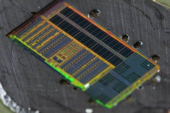 Forscher haben einen neuartigen lichtbasierten Mikroprozessor entwickelt. (Foto: Glenn Asakawa, University of Colorado)