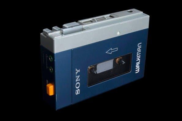 Der erste Walkman TPS-L2 von Sony erschien im Jahr 1979. Es folgten etliche weitere Modelle. JEDER hatte damals einen Walkman. (Foto: Wikipedia)
