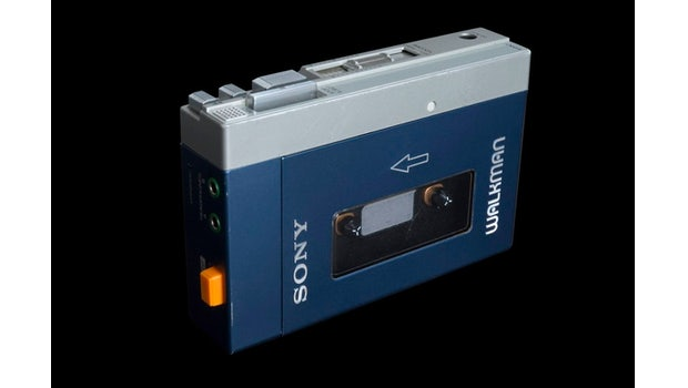"""Der erste Walkman TPS-L2 von Sony erschien im Jahr 1979. Es folgten etliche weitere Modelle. JEDER hatte damals einen Walkman. (Foto: <a href=""""https://de.wikipedia.org/wiki/TPS-L2#/media/File:Walkman_TPS-L2.jpg"""">Wikipedia</a>)"""