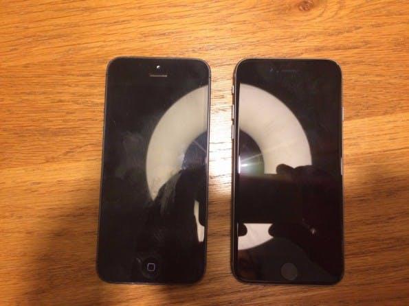 """Auf diesem Bild soll das iPhone 5se (rechts) im Größenvergleich mit dem iPhone 5 zu sehen sein. (Foto: <a href=""""http://www.onemorething.nl/community/topic/dan-maar-zo-foto-iphone-6c/"""">One More Thing</a>)"""