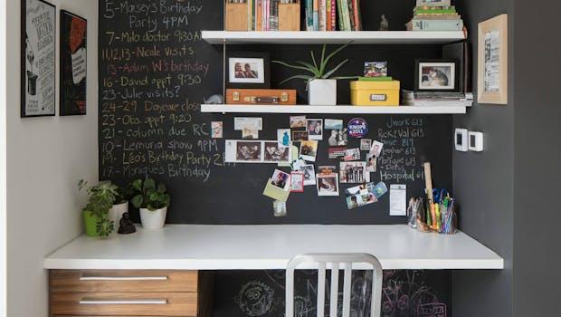 Das Besondere an diesem Heimarbeitsplatz ist das Regalsystem mit beschreibbarer Wand. Ideal für einen stylischen Kalender. (Foto: © Justin Van Leeuwen / Houzz)