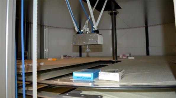 Der Apotheken-Automat Maru lagert auf rotierenden Flächen gemischte Lagerbstände von Medikamenten ein, der Greifarm pickt das vom Bediener angeforderte Medikament. (Foto: Jochen G. Fuchs)