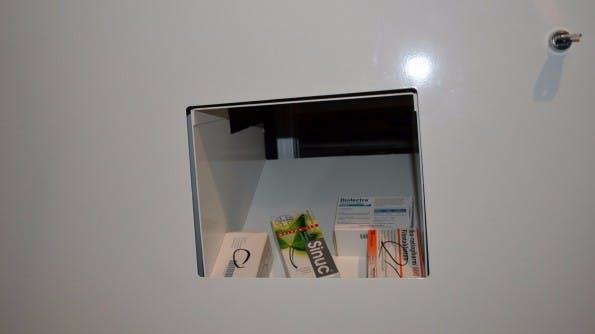 Schließlich wird das Medikament dann im Ausgabeschat ausgegeben. Im Vergleich zu herkömmlichen Apotheken-Automaten war Maru sehr kompakt. (Foto: Jochen G. Fuchs)