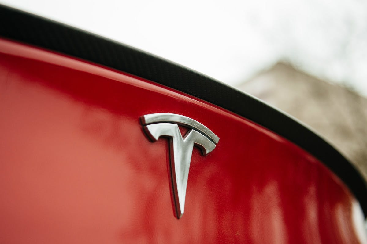 Batterie-Entsorgung aus Tesla-Wrack als wochenlange Hängepartie