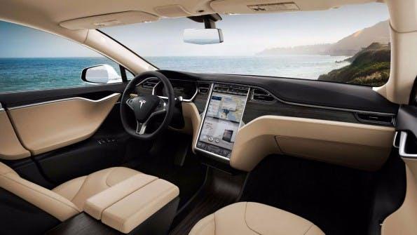 Tesla Motors: Geht es nach Elon Musk, könnten die Autos seines Unternehmens schon in zwei Jahren auch längere Strecken ohne Fahrer zurücklegen. (Foto: Tesla Motors)
