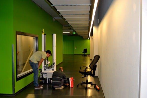 Der Kommissionier-Roboter Toru im Flur vor dem Magazino-Office. (Foto: Jochen G. Fuchs)
