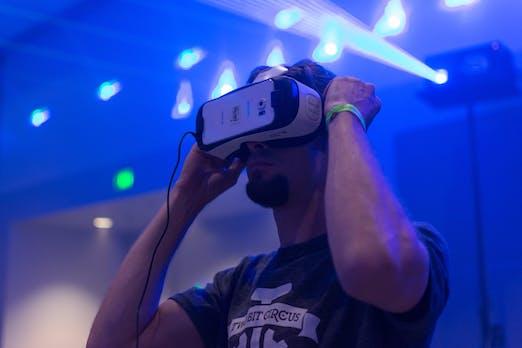 """""""Beam Me Up, Boss"""" – Virtuelle Realität, Silicon Valley, Hollywood und die Zukunft der Arbeit [Kolumne]"""
