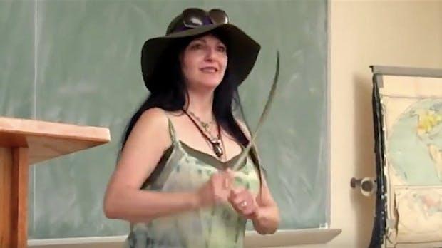 Mit Magie gegen Computerviren: Kein Scherz – Diese Hexe leistet alternativen IT-Support