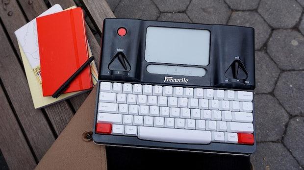 Schreibmaschine für das Cloud-Zeitalter: Freewrite gießt ablenkungsfreies Schreiben in Hardware-Form