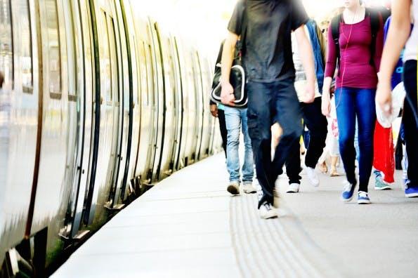 """Typologie des Bahnfahrer: Vom """"Karrieristen"""" über den """"Smartphone-Junkie"""" bis zum """"Schläfer"""". (Foto: Shutterstock-connel)"""