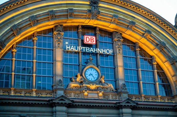 Deutsche Bahn: Die Fahrplandaten des Fernverkehrs stehen Entwicklern jetzt als API zur Verfügung. (Foto: Adnan Vejzovic / Shutterstock.com)