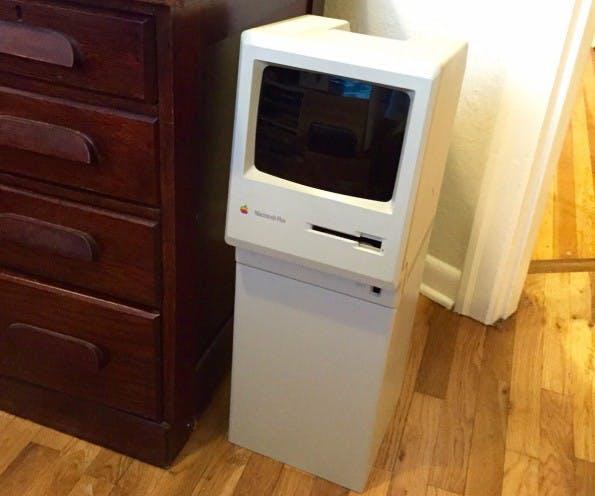 Aus einem Macintosh Plus wird ein Papierkorb. (Foto: HaHaBird / Imgur)