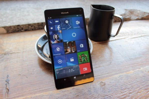 Eines der ersten Smartphones mit Windows 10 Mobile: das Microsoft Lumia 950 XL (Foto: t3n)