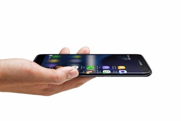 Das seitliche Display des Samsung Galaxy S7 edge hat neue Funktionen erhalten. (Foto: Samsung)