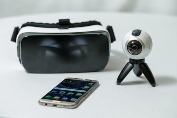 Mt der Gear VR könnt ihr die mit der Gear 360 produzierten Inhalte angemessen konsumieren. (Foto: Samsung)