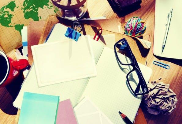 Wer zwischen Post-its, Aktenstapeln und Kaffeebechern arbeitet, ist nachweislich weniger produktiv. (Foto: Shutterstock)