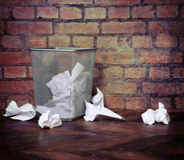 Um überflüssige Dokumente sofort entsorgen zu können, sollte unter jedem Schreibtisch ein Papierkorb stehen. Im Großraumbüro können sich mehrere Mitarbeiter einen teilen. (Shutterstock)