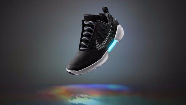 Der neue Nike HyperAdapt 1.0 schnürt sich selber. (Quelle: Nike.com)