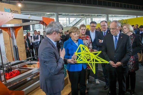 Bundeskanzlerin Angela Merkel am Bitkom-Stand auf der CeBIT 2016 begutachtet den BigRep One. (Foto: BITKOM)