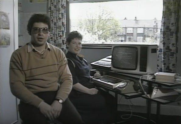 Die Computer-Experten Julian Grün und seine Frau Pat zeigen den Zuschauern, wie ein Prestel-Benutzer 1984 E-Mails verschickt haben. (Screenshot: Database)