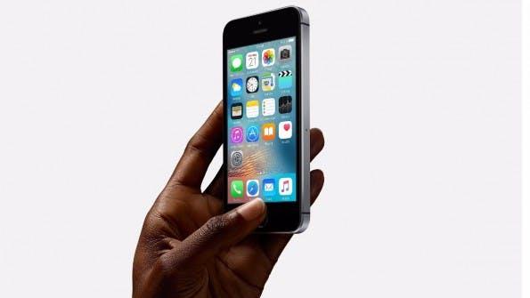 Unspektakulär: Das iPhone SE sieht beinahe so aus wie das iPhone 5s. (Foto: Apple)