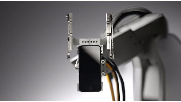 Liam: Die 29 Arme des Roboters zerlegen iPhones im Nu. (Screenshot: Apple)