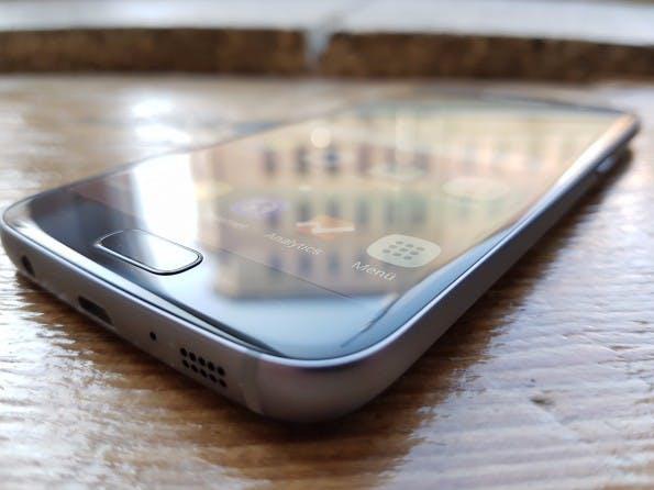 Der Homebutton mit Fingerabdrucksensor des Galaxy S7 ist etwas erhöht, sodass er leicht zu ertasten ist. (Foto: t3n)