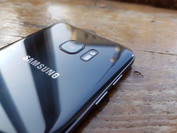 Das Samsung Galaxy S7 edge und das S7 besitzen auf der Rückseite eine Glasoberfläche. )Foto: t3n)