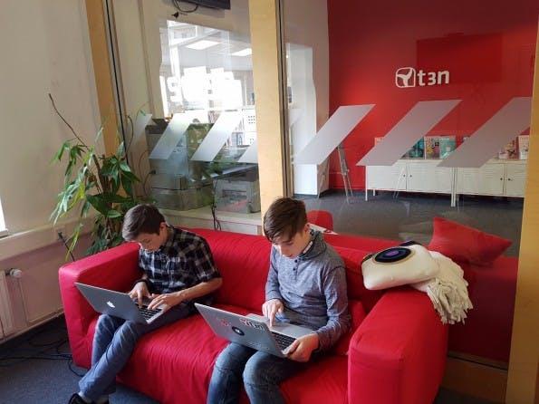 Fabio und Leon beim sammeln ihrer wichtigsten Tools. (Foto: t3n.de)
