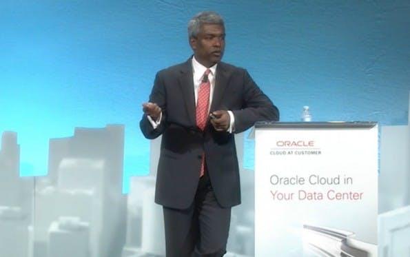 """Oracle-Produktchef Thomas Kurian bei der Vorstellung der """"Cloud at Customer"""". (Screenshot: Oracle)"""