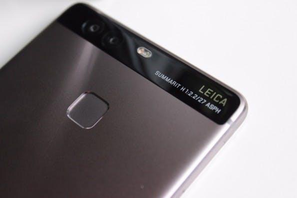 Markante Rückseite: Das Huawei P9 besitzt eine Leiste aus Glas mit viel Technik dahinter und einen schnellen Fingerabdrucksensor darunter. (Foto: t3n)